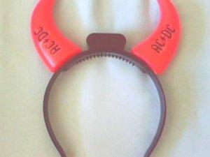 des cornes rouges, symbole du groupe ACDC