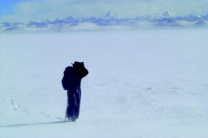 J 164, Km 3700, ALT 4718, Namtso, TibetLes nomades d'Himalaya sont des peuples marcheurs. Y a-t-il un autre moyen pour se déplacer dans ces massifs ? C'est donc naturellement à pied que j'ai arpenté ces étendues.