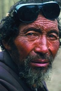 Semkey, originaire de l'Amdo, est venu pour cette année auspicieuse du pèlerinage du Kawa Kharpo. Un visage buriné par une vie de labeur au soleil des hauts plateaux.
